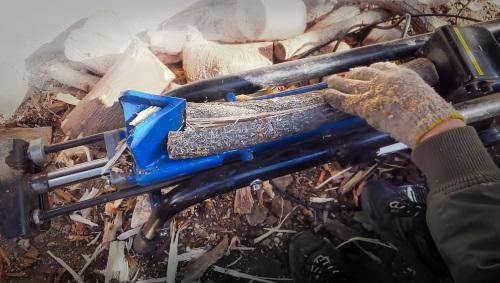 電動薪割り機で割れ目を入れる