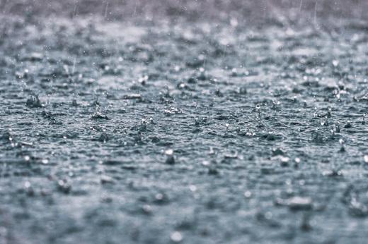 薪を濡らす跳ねる雨水