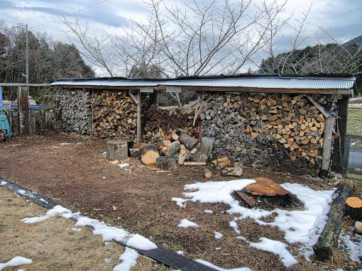 冬の薪作業場
