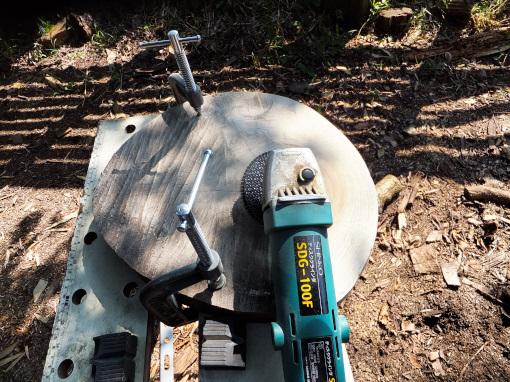 楠をディスクグラインダーで表面加工する