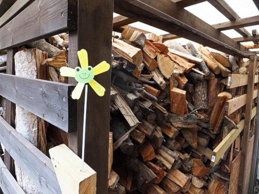 薪棚に取り付けた風車